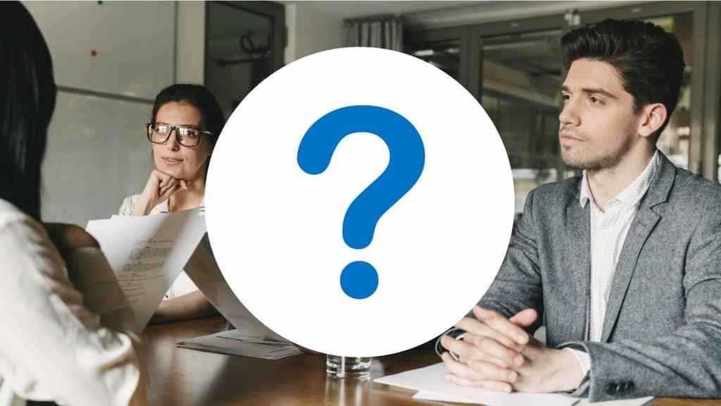 Großes Fragezeichen-Symbol vor Bild von Geschäftsleute in einem Meetingraum