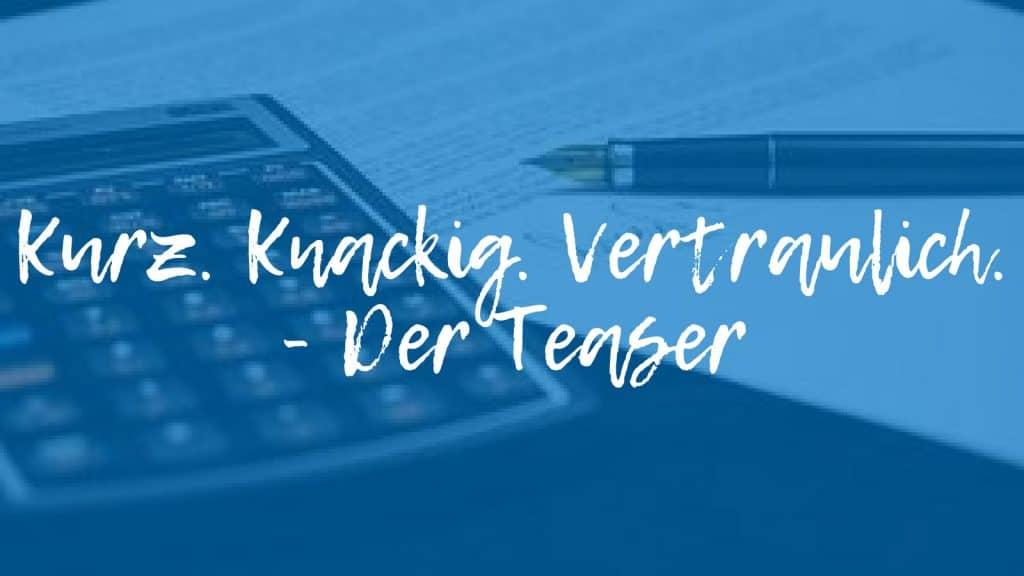 Taschenrechner und Füller hinter Schriftzug: Kurz.Knackig.Vertraulich.Der Teaser