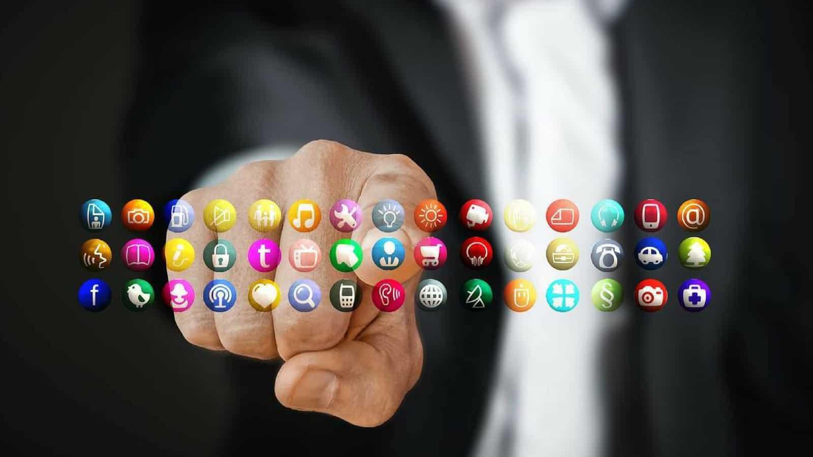 Darstellung verschiedener Apps als Hologramm mit Hand die auf eine der Apps zeigt