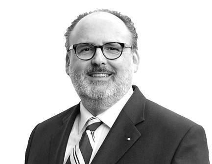 Portrait von KERN Gründer und Spezialist Nils Koerber lächelnd, in schwarz-weiß
