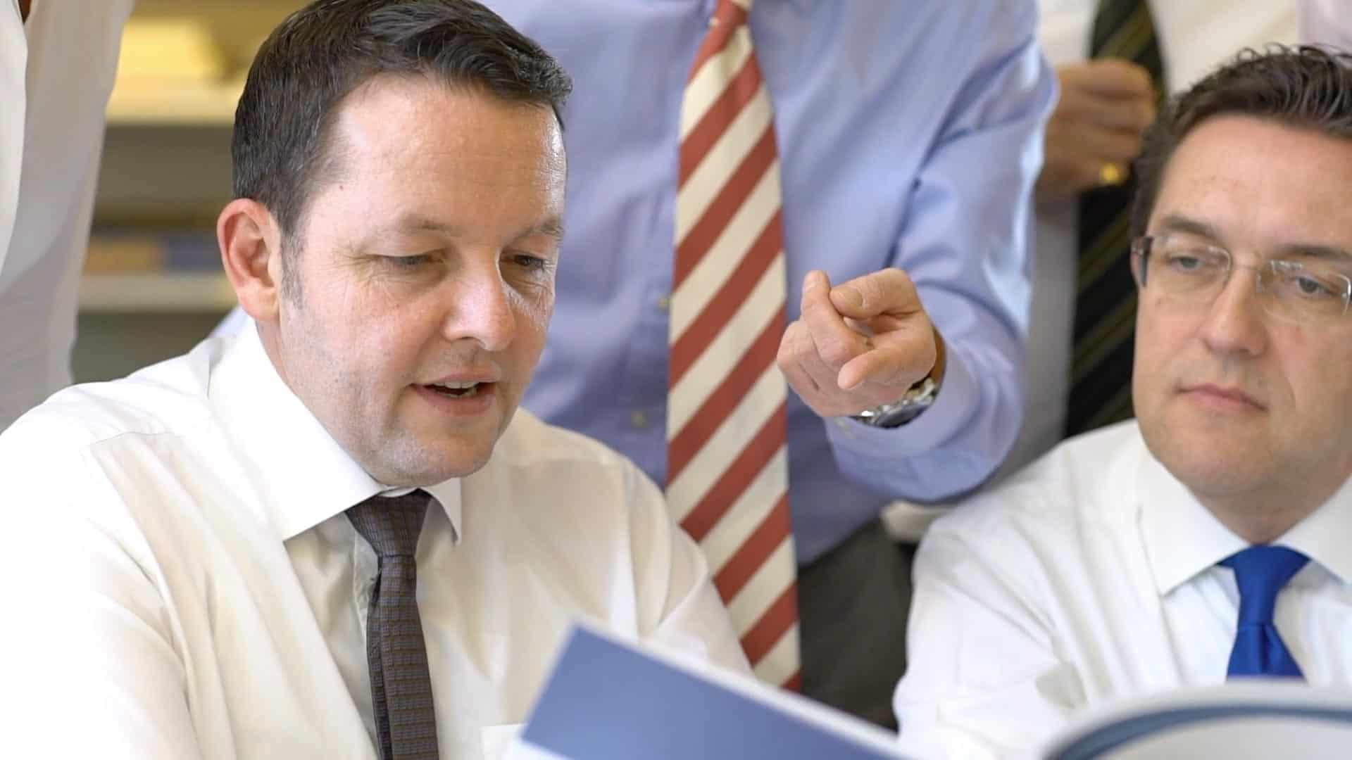 Specjalista KERN Ingo Claus przy pracy z Thomasem Doerrem