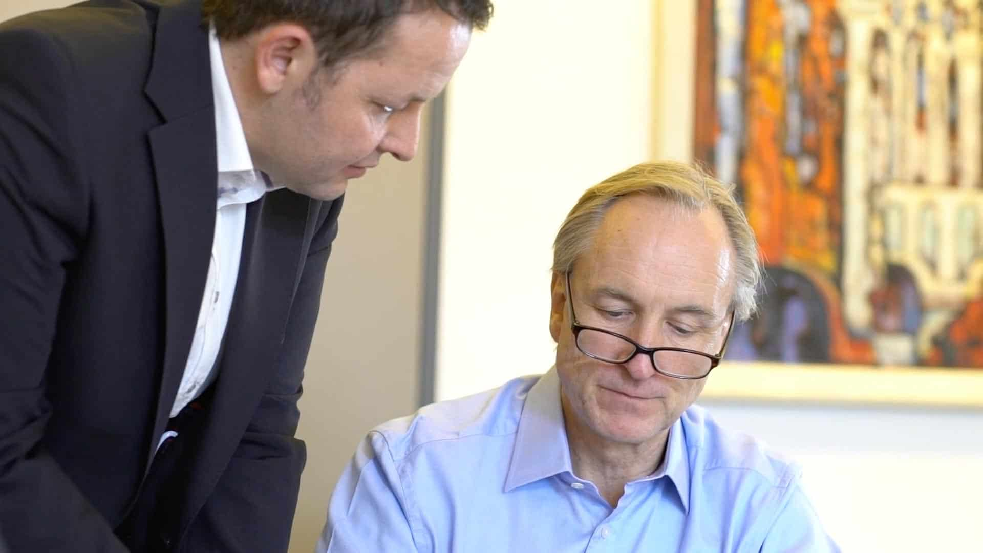 Specjalista KERN Ingo Claus przy pracy z Axelem Bergmannem