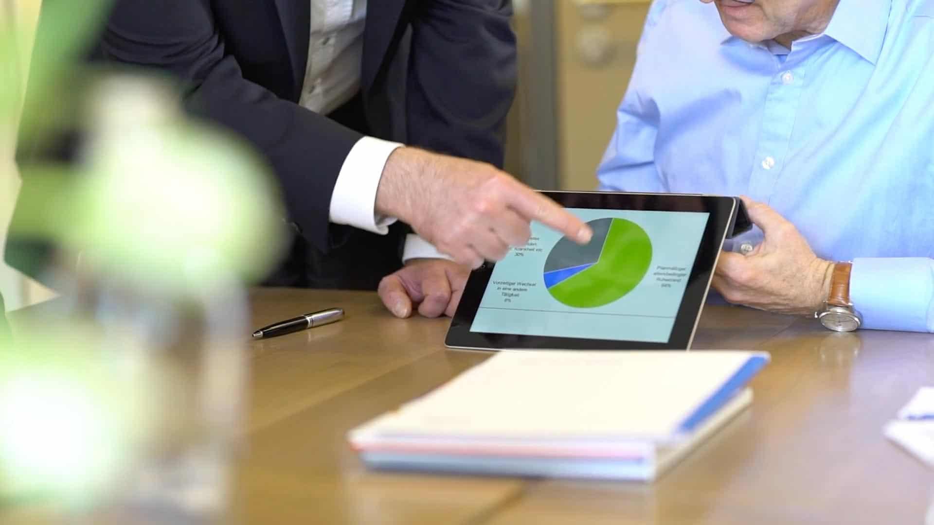 Specjalista z firmy KERN, Ingo Claus, pokazuje klientowi grafikę
