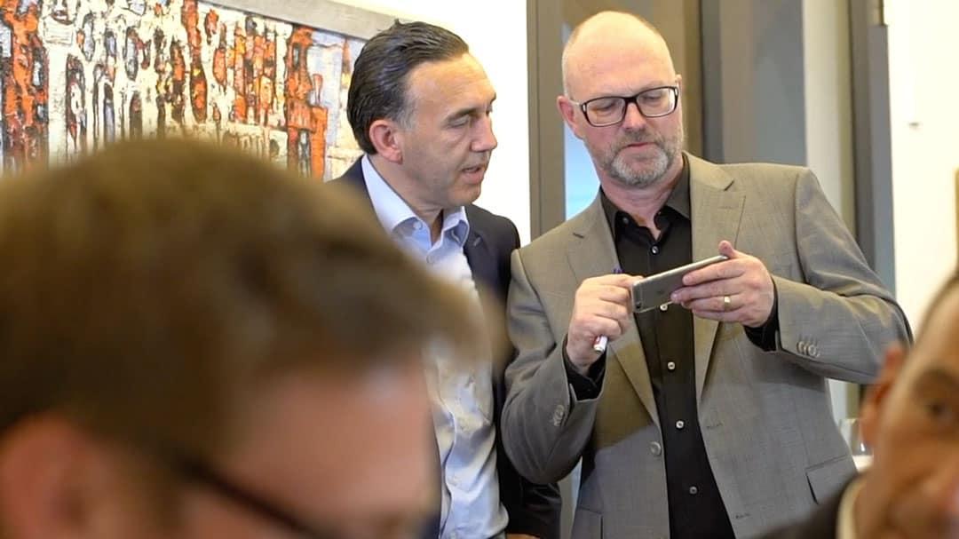 Specjalista KERN Ralf Harrie i Karl Rehfuß w rozmowie