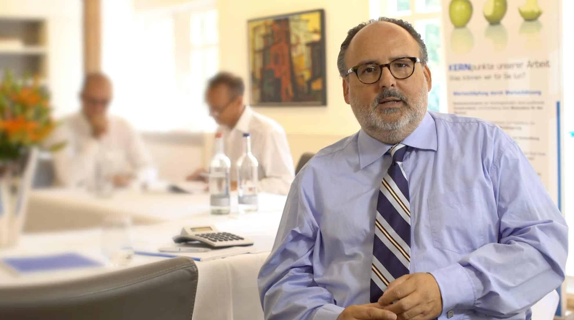 Założyciel i specjalista firmy KERN Nils Koerber siedzi przy stole