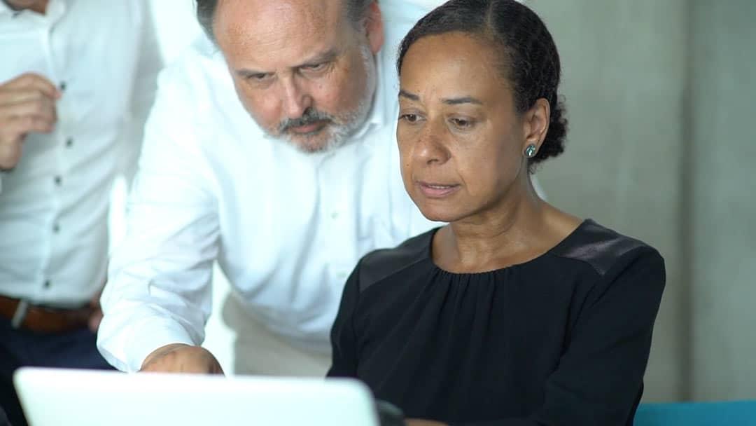 Specjalista KERN Nicole Kalonda przy pracy z Nilsem Koerberem