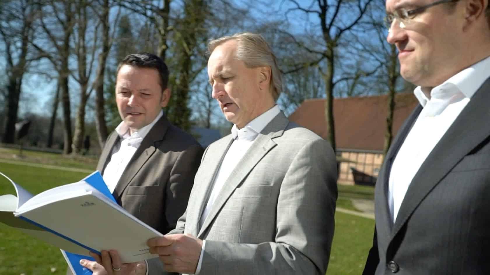 Specjalista KERN Axel Bergmann, Thomas Doerr i Ingo Claus na zewnątrz