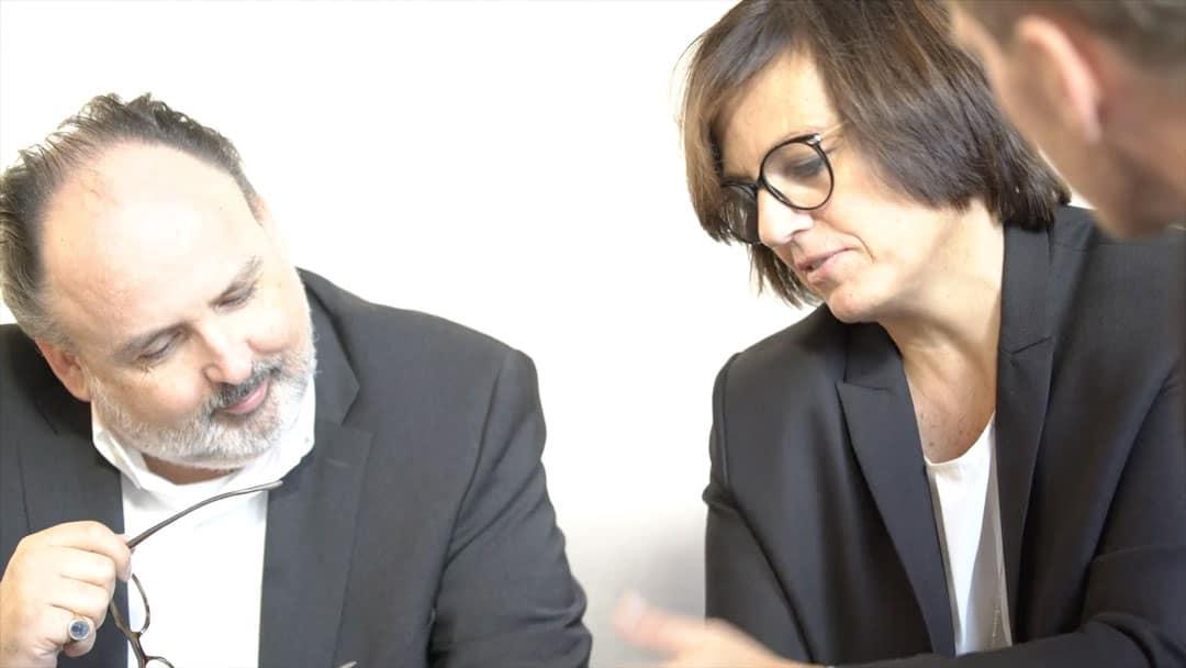 Specjaliści KERN Petra Fischer i Nils Koerber uśmiechnięci podczas spotkania