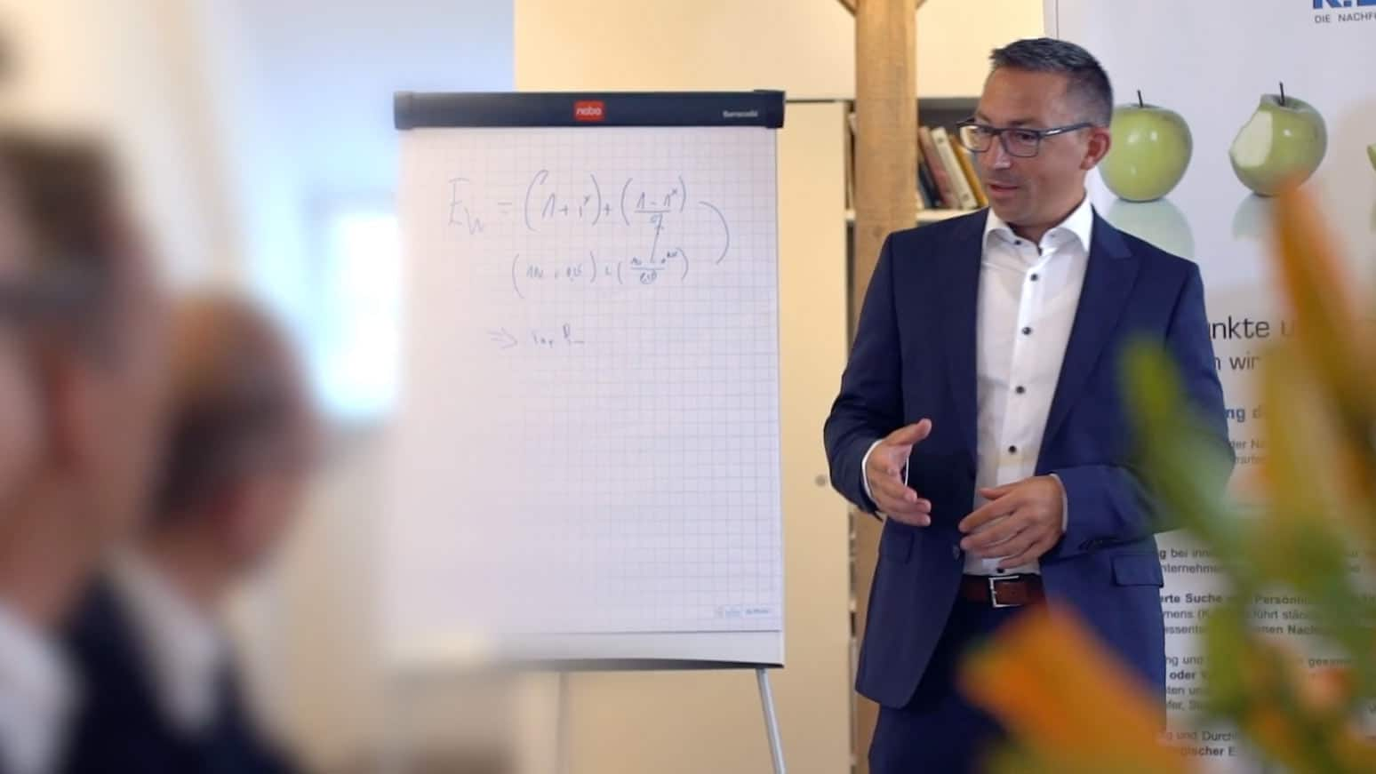Specjalista KERN Josef Andrej przedstawia prezentację przed flipchartem