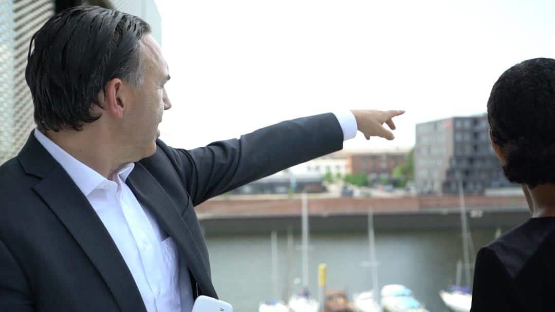 Partner firmy KERN Karl Rehfuß wskazuje na coś na zewnątrz