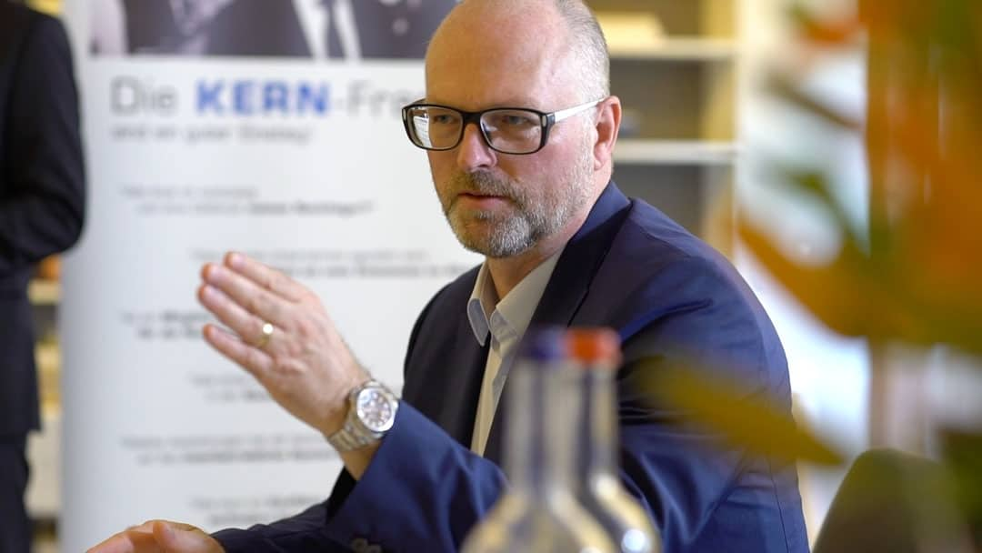 Specjalista KERN Ralf Harrie podczas prezentacji