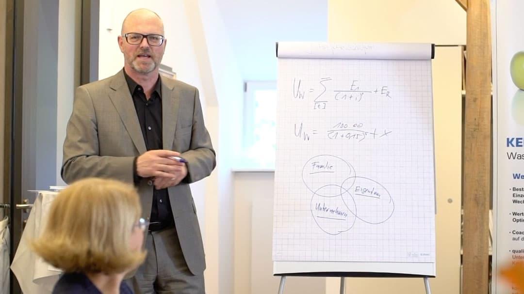 Specjalista KERN Ralf Harrie podczas prezentacji obok tablicy