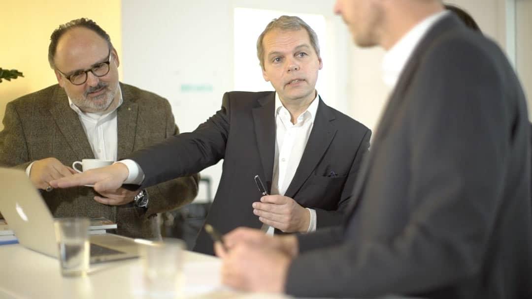 Specjaliści KERN-u Roland Greppmair, Michael Feier i Nils Koerber w rozmowie