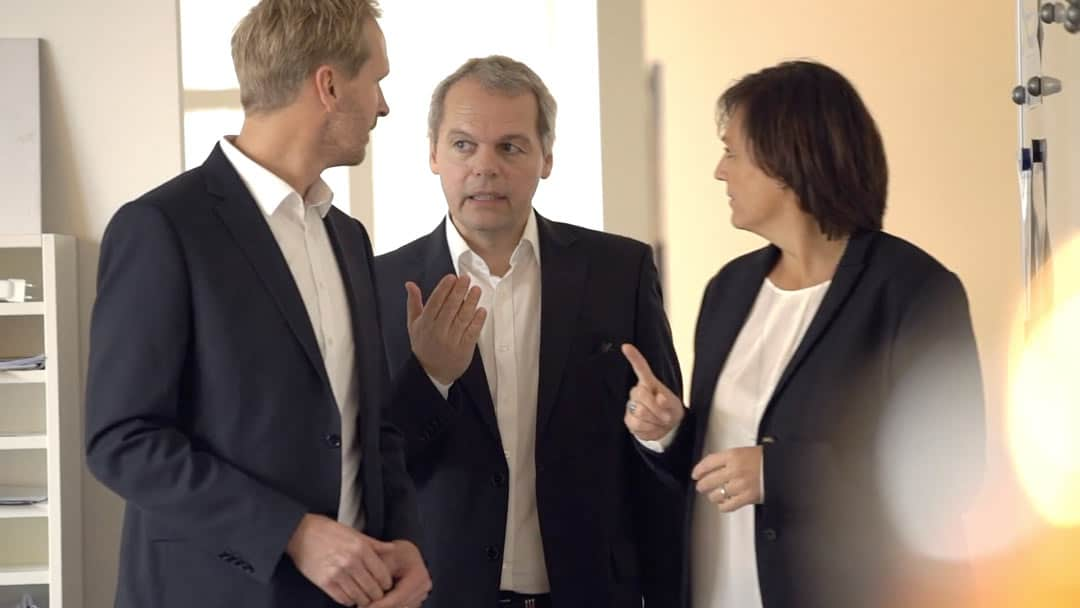 Specjaliści KERN-u Roland Greppmair, Michael Feier i Petra Fischer w rozmowie