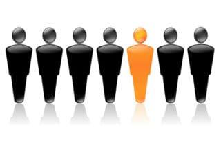 Grafik von 7 schwarzen Männchen mit einem orangenen Männchen in der Mitte