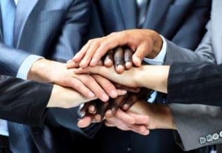 Unternehmer fassen sich an den Händen und bereiten sich für ein Projekt vor