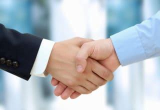 Zwei Geschäftsmänner geben sich die Hand