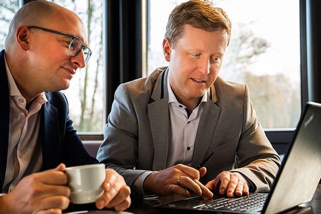 Specjalista KERN dr Peter Slawek pokazuje klientowi coś na laptopie
